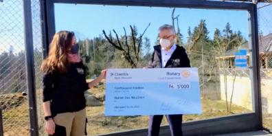 Zoodirektorin Dr. Karin Federer erhält 5000-Franken-Check von Adrian Müller, Finanzchef des Rotary Clubs Fürstenland.