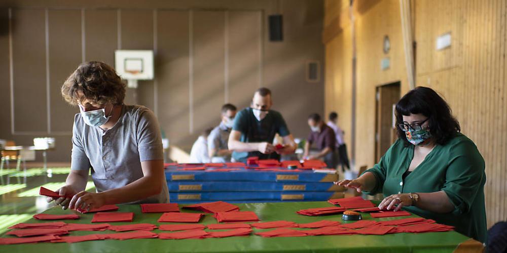 Stimmzählerinnen im Wahlbüro in Steinegg AI. Die Innerrhoder Landsgemeinde konnte 2021 wegen des Coronavirus erneut nicht stattfinden. Gegen das Ja zur Revision des Energiegesetzes wurde beim Bundesgericht Beschwerde eingelegt (Archivbild).