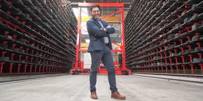 «Ich verweile gerne im Lager zwischen den Gestellen und staune über die Vielfalt der Produkte», so Antonio Palella über seine Passion zur Eisenwarenbranche.