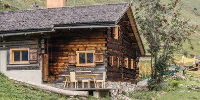 Porträt des umgebauten  historischen Strickbaus auf einer Alp oberhalb von St.Antönien.