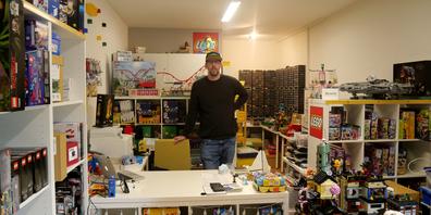 Pascal Schafflützel in seinem Lego-Shop «Gallusbrick».