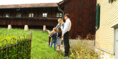 Gemeindepräsident Alexander Breu besucht mit seiner Familie den neuen Schaugarten.