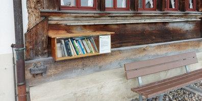Die Bücherbox beim Dürstelerhaus in Ottikon ist wieder gefüllt.