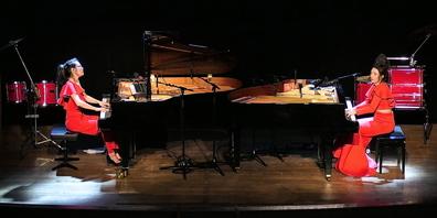 Zwei virtuose Tastenakrobatinnen auf der Bühne