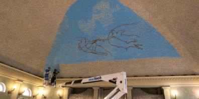 Künstler Stefan Tschirren malt «Die Erschaffung Adams» in der Offenen Kirche