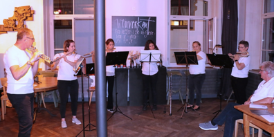 Das Flötenensemble unter Leitung von Erich Tiefenthaler bereicherte die Versammlung mit klassischen Melodien.