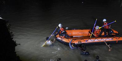 Retter suchen nach Opfern, die in einem Fluss in Ciamis, Westjava, Indonesien, ertrunken sind. Während eines Schulausflugs zur Säuberung eines Flusses sind am Freitagabend in der indonesischen Provinz Westjava mehrere Schüler ertrunken. Foto: Yopi...