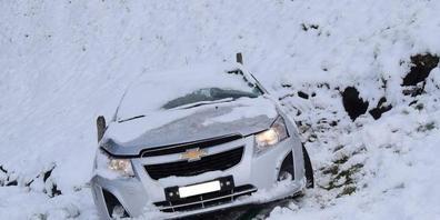 In Teufen landete ein Auto bei einem Schleuderunfall in einer Wiese und überschlug sich mehrmals. Der Lenker bleib unverletzt.