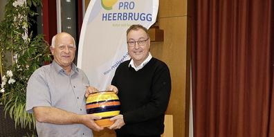 ProHeerbrugg Präsident Markus Waser (re.) überreicht dem Heerbrüggler des Jahres Norbert Keller den Ehrenpreis