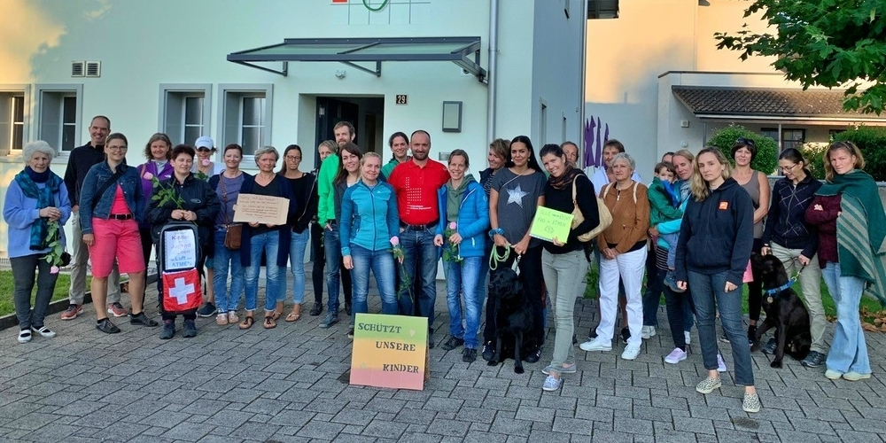 Die Eschenbacher Elternschaft mit Unterstützung aus anderen Gemeinden und Kantonen.