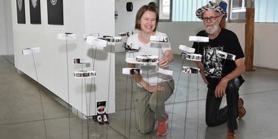 Eva Gratzl und Urs Martin Traber mit einem ihrer ausgestellten Werke.