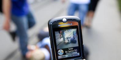 Gewaltdarstellungen und Pornographie auf dem Handy von Jugendlichen: Die Zürcher Oberjugendanwaltschaft verzeichnete 2020 einen Rückgang der Fälle. (Symbolbild/gestellte Aufnahme)