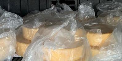 """""""Ein bisschen Käse aus der Schweiz"""": Die vom Zoll in Bietingen (D) im Reisecar gefundenen Käselaibe."""