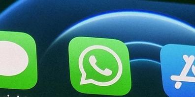 ILLUSTRATION - Die Anwendung von WhatsApp ist auf dem Bildschirm eines Smartphones zu sehen. Der Chef des Messaging-Dienstes Will Cathcart hat die Enthüllungen zur Überwachungssoftware Pegasus der Firma NSO als «Weckruf» bezeichnet. Foto: Christop...