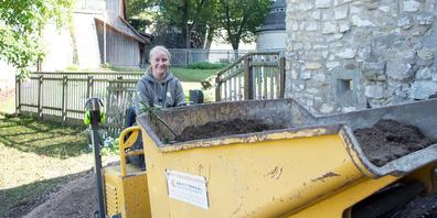 Die angehende Garten- und Landschaftsbauerin Lea Schüpbach hat Spass daran, mit der Maschine im Munotgraben zu wirken.