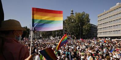 Für den Zürcher Regierungsrat ist klar: Homo-, Bi- oder Transsexualität ist keine Krankheit, die behandelt werden muss - für ein kantonales Verbot von Umpolungstherapien sieht er aber keine Möglichkeit. (Symbolbild/Pride Zürich 2021)