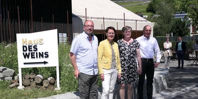 Der Branchenverband St.Galler Wein und das Haus des Weines präsentierten den kleinsten Rebberg des Kantons St.Gallen (v.l. Ralph Heule, Elisabeth Federer, Barbara Dürr und Markus Hardegger)