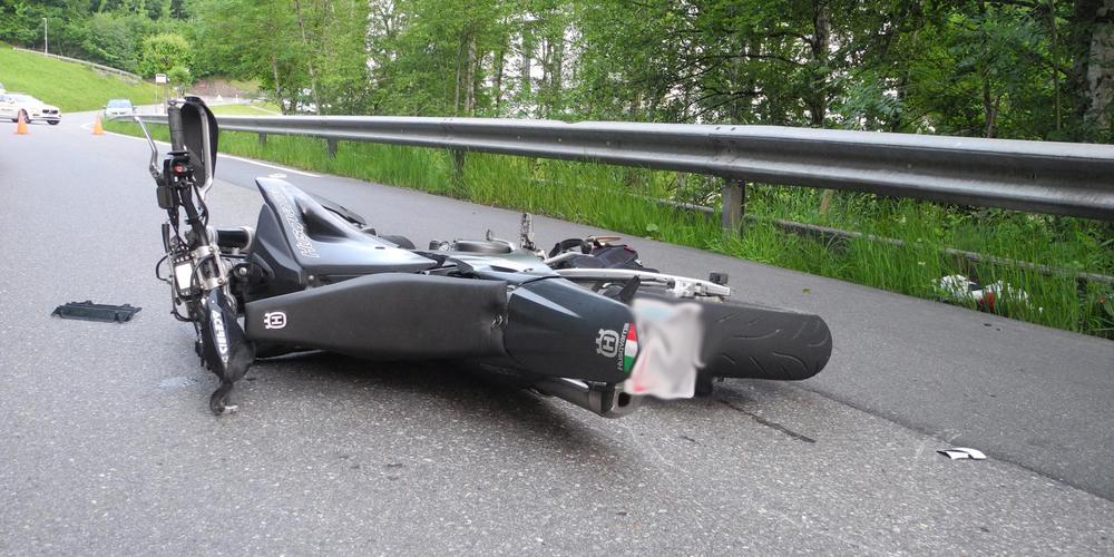 Im Vorderthal gab es wieder einen schlimmen Töffunfall. Der Fahrer erlag seinen schweren Verletzungen.