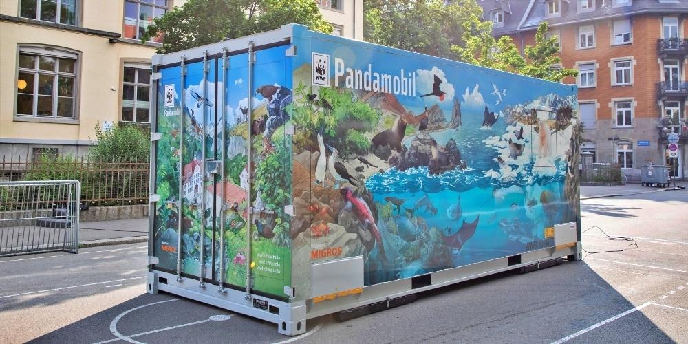Das erfolgreiche Umweltbildungsprojekt  «Pandamobil» vom WWF versetzt die Schülerinnen und Schüler in eine erstaunliche Welt.