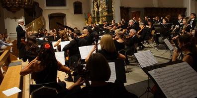 Dirigent Urs Bamert und das SOKS verschmolzen zu einer Einheit und boten den Zuhörern einen fantastischen Konzertabend.
