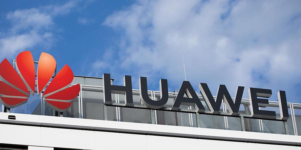 ARCHIV - Das Huawei-Logo am Firmenstandort in Düsseldorf. Die seit Jahren in Kanada festsitzende Huawei-Finanzchefin Meng Wanzhou kann nach einer Vereinbarung mit den US-Behörden nach China zurückkehren. Foto: Rolf Vennenbernd/dpa