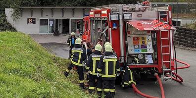 Die Feuerwehr bereitet sich vor dem Schiesstunnel auf den Brand vor.
