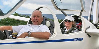 Das Marbacher Segelsport-Ehepaar Guido und Susi Halter im Cockpit ihres ASH25M.