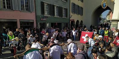 """An der Kundgebung in Baden waren auch die sogenannten """"Freiheitstrychler"""" anwesend."""