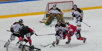 Konzentiertes Eishockey der 2. Liga EHC Kreuzlingen.