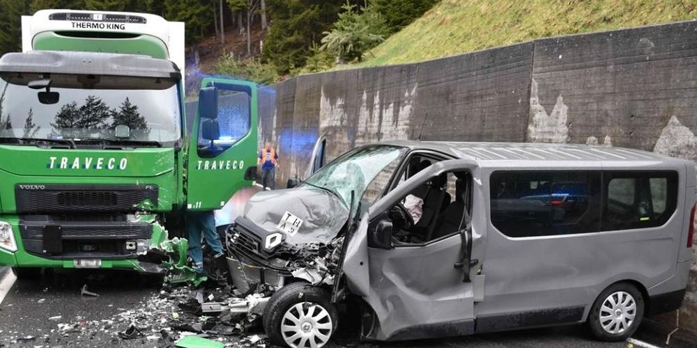 Der Kleinbus des Schweizer Militärs wurde bei der Kollision mit dem Lastwagen schwer demoliert.