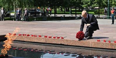 Wladimir Putin, Präsident von Russland, legt am 80. Jahrestag des Überfalls auf die Sowjetunion einen Blumenstrauß zum Gedenken an die Gefallenen des Zweiten Weltkriegs am Grabmal des unbekannten Soldaten nieder. Foto: Alexei Nikolsky/Pool Sputnik...