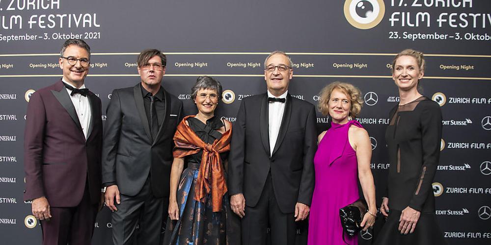 Von links: ZFF-Direktor Christian Jungen, Regisseur Michael Steiner, Bundespräsident Guy Parmelin mit seiner Ehefrau Caroline, Zürichs Stadtpräsidentin Corine Mauch und ZFF-Geschäftsführerin Elke Mayer.