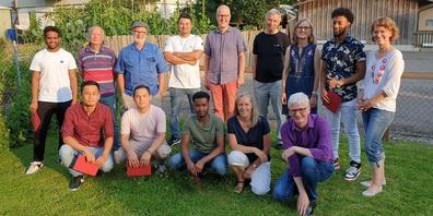 Absolventen mit ihren Mentoren, Begleitpersonen und den Projektverantwortlichen.