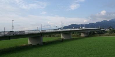 Täglich fahren rund 14'500 Fahrzeuge über die Grenzbrücke zwischen Au SG und Lustenau A. Die Brücke muss erneuert werden. 2032 soll mit dem Bau begonnen werden.