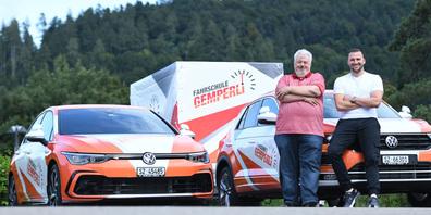 Heinrich «Hägar» Hegner wird pensioniert. Gestern übernahm Michael Gemperli die Fahrschule.