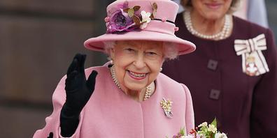 dpatopbilder - ARCHIV - Die britische Königin Elizabeth II. hält einen Blumenstrauß in der Hand und winkt. Trotz gesundheitsbedingter Ruhepause und einem kurzen Aufenthalt im Krankenhaus will Königin Elizabeth II. (95) einem Bericht der «Times» zu...