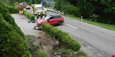 Beide Autofahrer wurden vom Rettungsdienst ins Spital überführt. Es entstand ein Totalschaden am Fahrzeug.