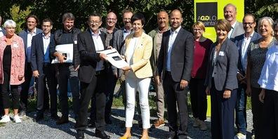 Vorne von links: Reto Friedauer, Präsident Agglo Rheintal, Regierungsrätin Susanne Hartmann, Landesrat Marco Tittler, Mitglieder der Agglomeration Rheintal