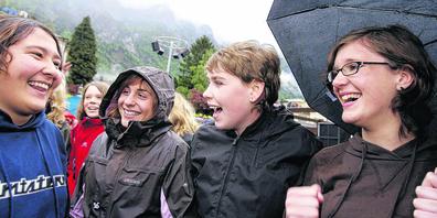 Junge Glarnerinnen jubeln nach dem Entscheid der Landsgemeinde in Glarus am 6. Mai 2007, das Stimmrechtsalter auf 16 Jahre hinunterzusetzen.