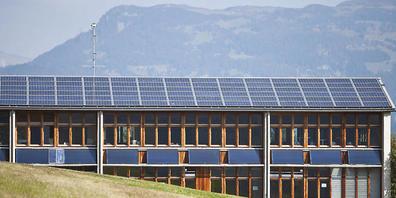 """Solarzellen auf einem Schulhaus in Graubünden. Der Kanton müsste laut der Regierung 1,8 Milliarden Franken aufwenden, um bis 2050 seine Treibhausgasemissionen auf """"Netto Null"""" zu senken. (Archivbild)"""