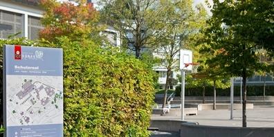 Blick auf den Pausenplatz des Schulareals Uznach.