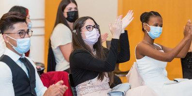 Applaudierende Absolventinnen und Absolventen der Bündner Gesundheits- und Sozialberufe  an ihrer Lehrabschlussfeier.