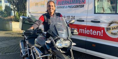 Andy Auerhammer fährt in seiner Freizeit gerne mit seinem Motorrad durch die Schweiz. Teils auf den Strassen Indiens aufgewachsen, fühlt er sich heute in Schaffhausen zu Hause.