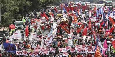 Demonstranten marschieren zum Repräsentantenhaus, wo der philippinische Präsident Rodrigo Duterte in seiner letzten Rede zur Lage der Nation noch einmal seinen harten Kurs gegen Drogenkriminelle verteidigt hat. Nach sechs Amtsjahren darf er bei de...