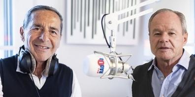 Radio-Pionier Roger Schawinski nimmt auf seinem Sender Radio 1 Verleger Bruno Hug (r.) in die Zange.