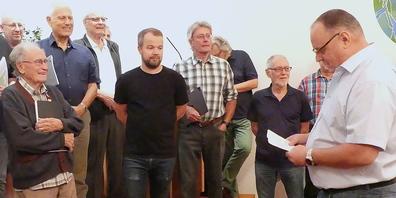 Präsident Daniel Hutter (ganz rechts) übergabe dem Jubilar Röbi Schmid (ganz links) die Präsente zum Jubiläum