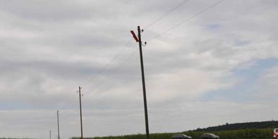 Ein 61-jähriger Mann hat am Dienstagnachmittag beim Versuch Teile seines Modellflugzeug aus einer Stromleitung zu befreien einen tödlichen Stromschlag erlitten.