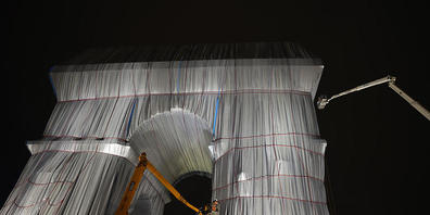 Die Verhüllung des Pariser Triumphbogens war ein Herzensprojekt des verstorbenen Künstler-Paares Christo und Jeanne-Claude. Foto: Francois Mori/AP/dpa