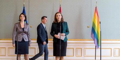 Karoline Edtstadler (ÖVP, l-r), Verfassungsministerin von Österreich, Wolfgang Mückstein (Grüne), Gesundheitsminister von Österreich, und Alma Zadic (Grüne), Justizministerin von Österreich, kommen zu einer Pressekonferenz, um über die gesetzliche...