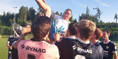 Nach dem gelungenen Aufstieg in die 1. Liga feiert die Mannschaft des FC Uzwil den Cheftrainer Armando Müller.